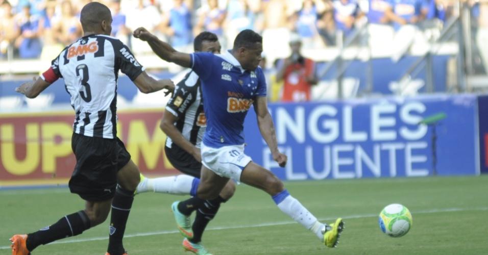 Julio Baptista dá um chute a gol durante a final do Campeonato Mineiro entre Cruzeiro e Atlético-MG