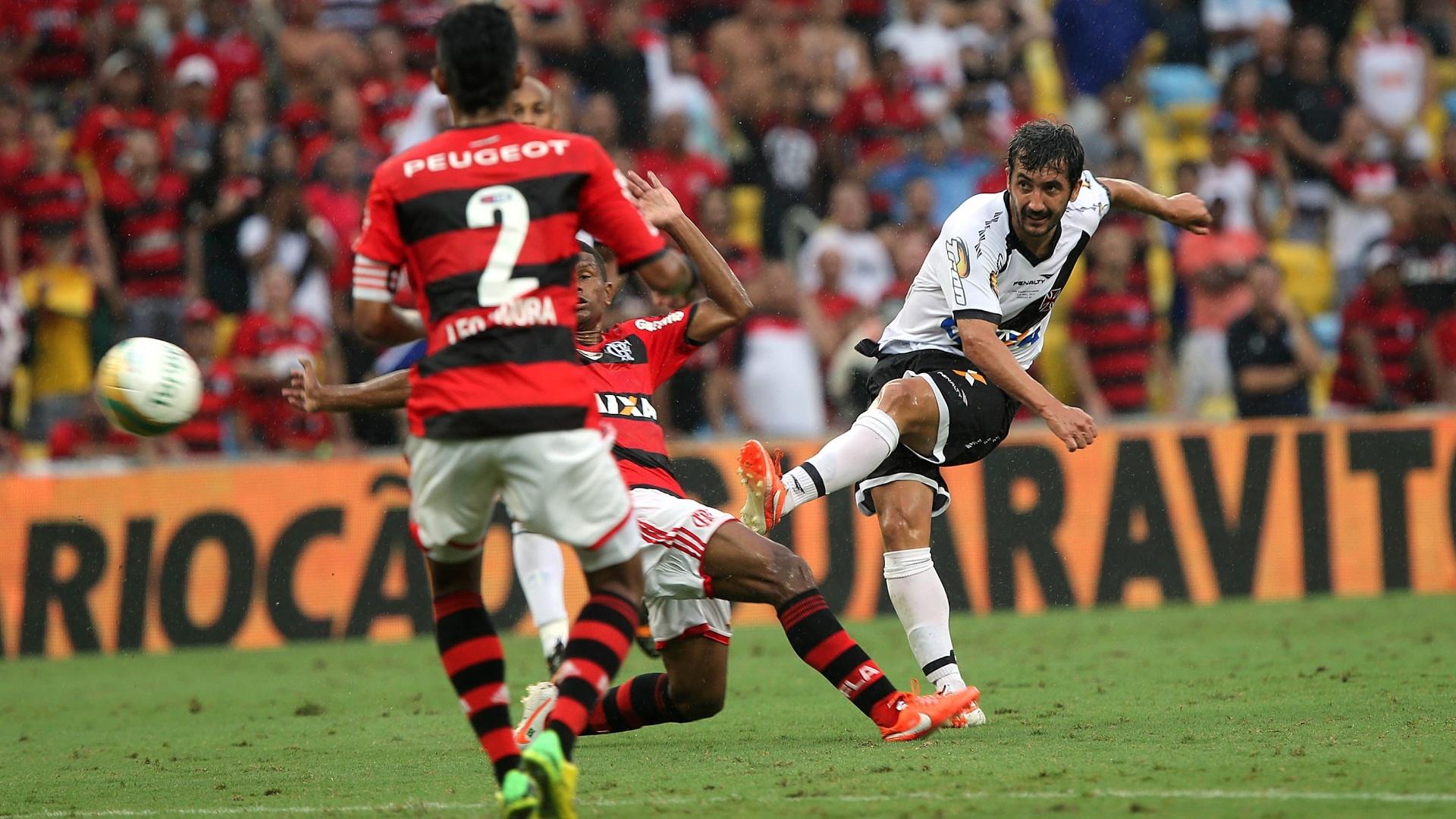 Meia Douglas tenta chute de fora da área na final do Carioca