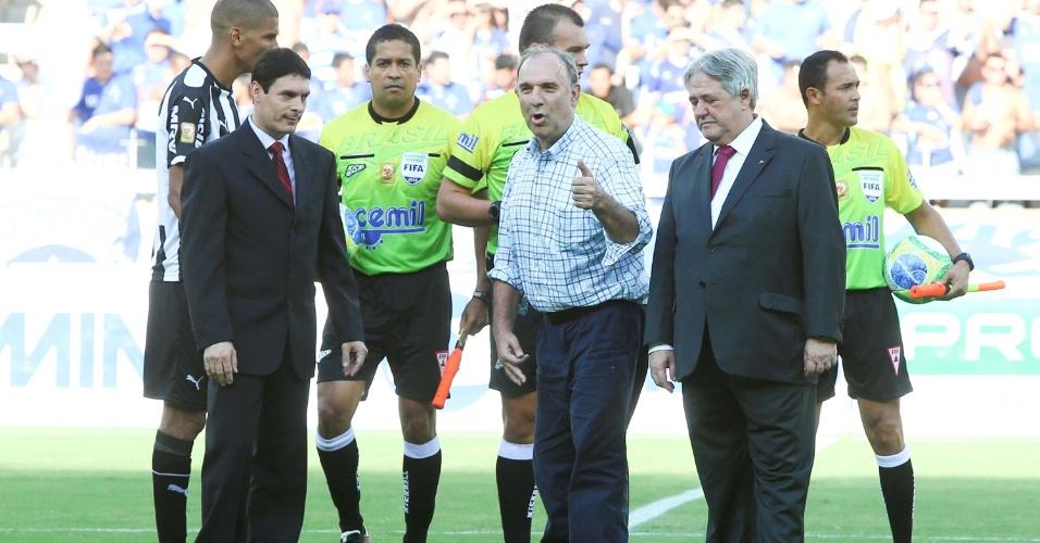 O ex-narrador esportivo Osmar Santos deu o pontapé inicial na final do Campeonato Mineiro entre Cruzeiro e Atlético-MG, neste domingo, no Mineirão