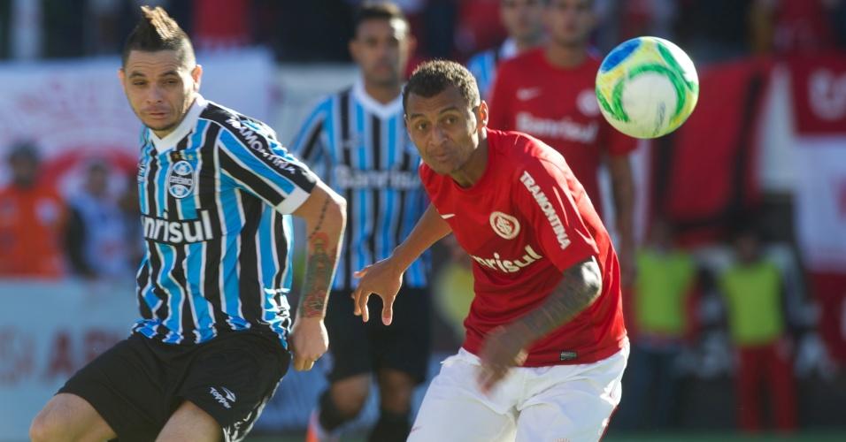 Pará, do Grêmio, e Alan Patrick, do Inter, observam a bola durante o Gre-Nal que decidiu o Campeonato Gaúcho 2014 no estádio Centenário