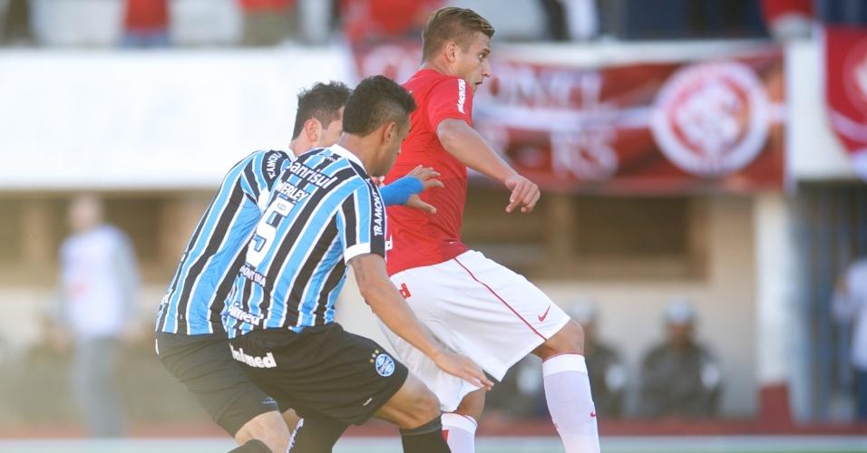 Rafael Moura esconde a bola antes de dar o passe para o primeiro gol do Gre-Nal que definiu o título Gaúcho 2014 para o Inter