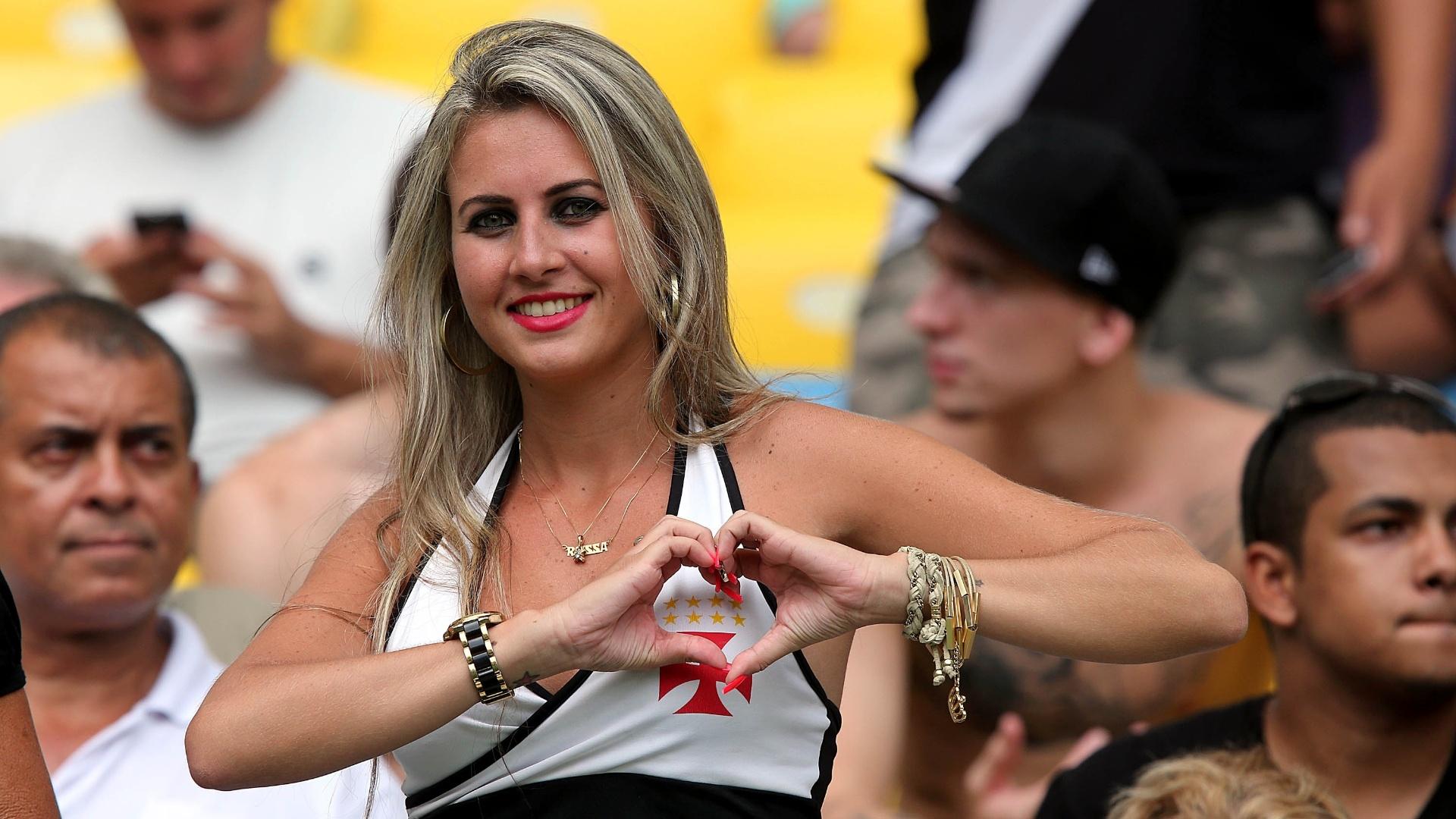 Torcedora do Vasco mostra muito amor antes do duelo contra o Flamengo - 14.abr.2014