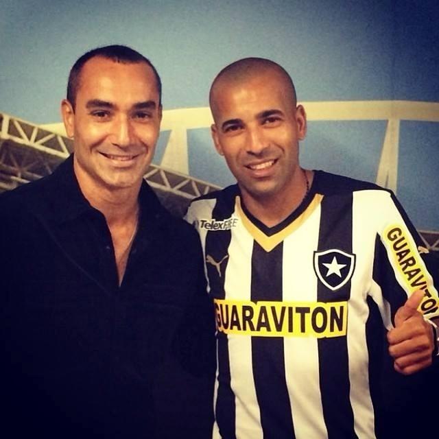 15 abr. 2014 - Ao lado de empresário, Emerson Sheik posa com a camisa do Botafogo após assinar contrato com o clube