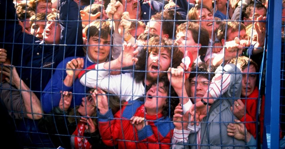 15.04.89 - Torcedores do Liverpool ficam presos ao alambrado durante a tragédia de Hillsborough, há 25 anos, que matou 96 torcedores no superlotado estádio de Hillsborough, em Sheffield, em um jogo contra o Nottingham Forest pela Copa da Inglaterra