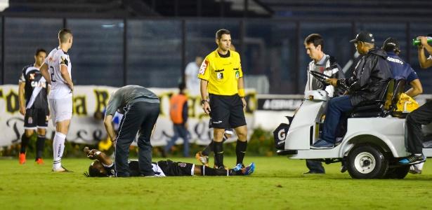 16.abr.2014 - Everton Costa passa mal durante jogo entre Vasco e Resende pela Copa do Brasil. O jogador foi substituído, passou mal no banco e foi retirado de campo desacordado em uma ambulância