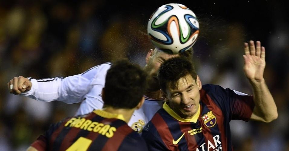 16.abr.2014 - Messi e Fàbregas disputam bola de cabeça com Sergio Ramos na final da Copa do Rei entre Barcelona e Real Madrid