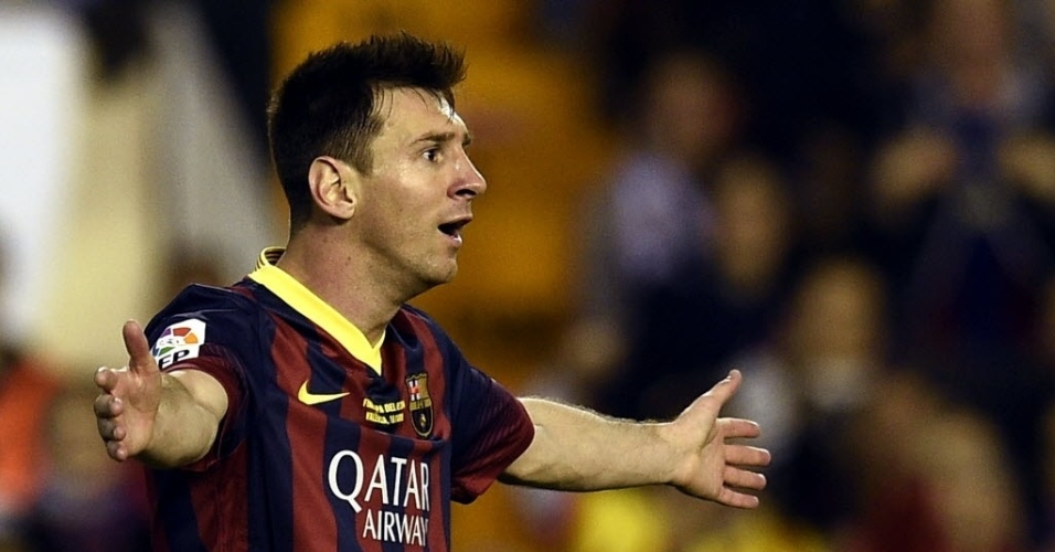 16.abr.2014 - Messi reclama de marcação do árbitro no clássico entre Barcelona e Real Madrid que decide a Copa do Rei da Espanha