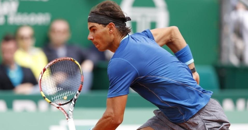 16.abr.2014 - Nadal corre para alcançar a bola durante a sua vitória sobre Teymuraz Gabashvli em Monte Carlo