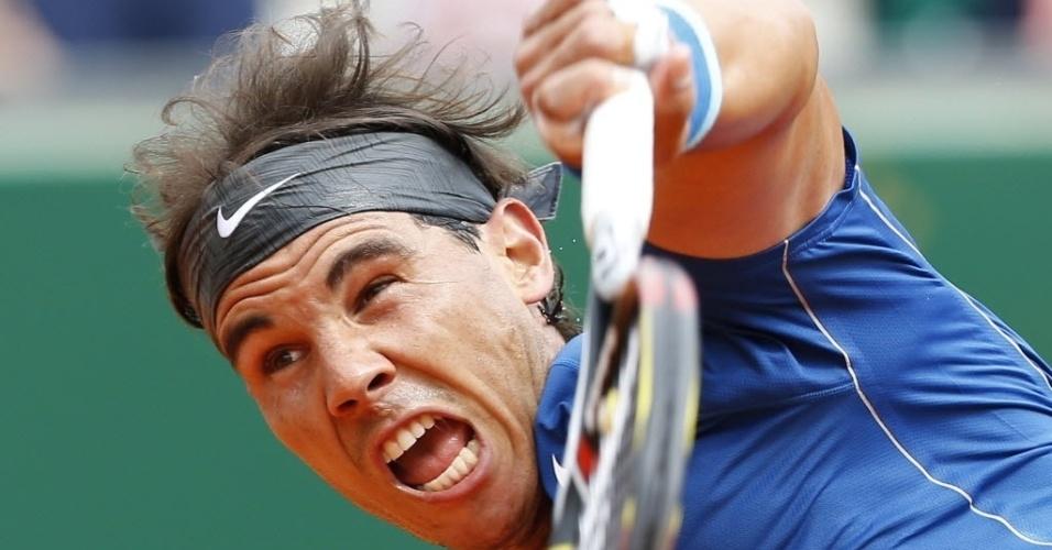 16.abr.2014 - Rafael Nadal faz careta para sacar durante a sua vitória sobre Teymuraz Gabashvli em Monte Carlo
