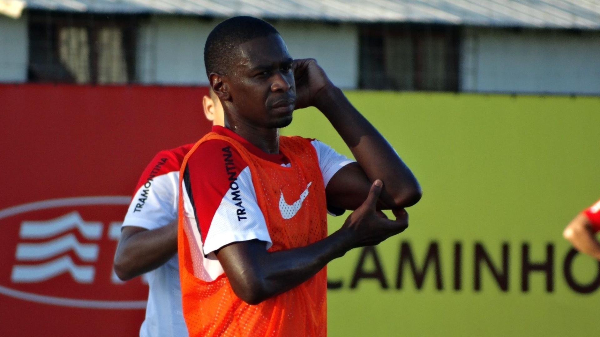 16.abr.2014 - Zagueiro Juan participa de treino tático do Inter para estreia no Brasileirão