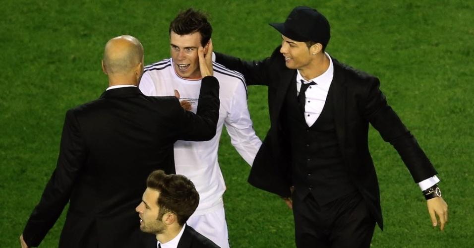 16.abr.2014 - Zidane e Cristiano Ronaldo cumprimentam Gareth Bale (centro), autor do gol do título do Real Madrid, após a vitória sobre o Barcelona por 2 a 1