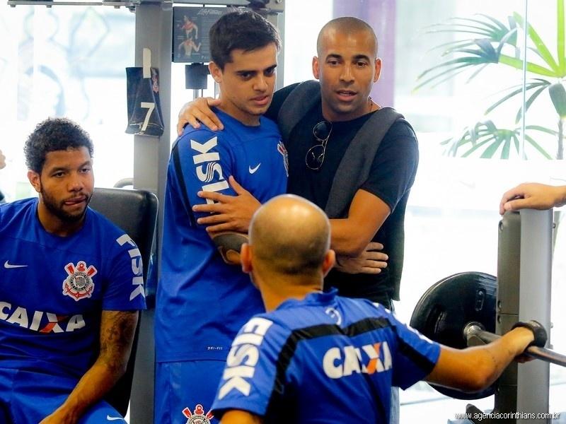 Emerson Sheik abraça Fagner; atacante está de mudança para o Botafogo e despediu-se dos companheiros de Corinthians