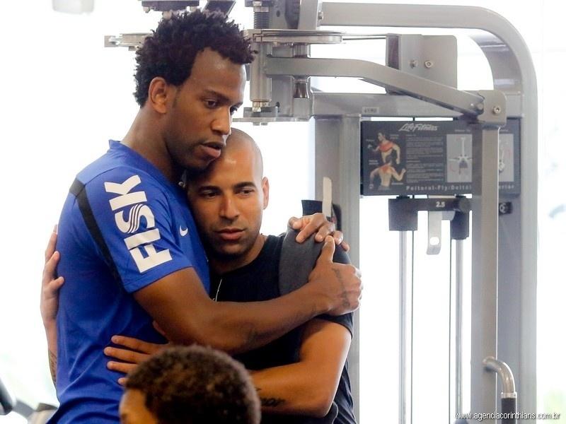 Emerson Sheik recebe um abraço do zagueiro Gil em sua despedida do elenco corintiano; atacante está de mudança para o Botafogo