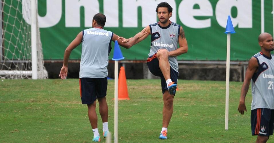 17 abr. 2014 - Carlinhos e Fred participam de atividade física antes de treinamento do Fluminense nas Laranjeiras