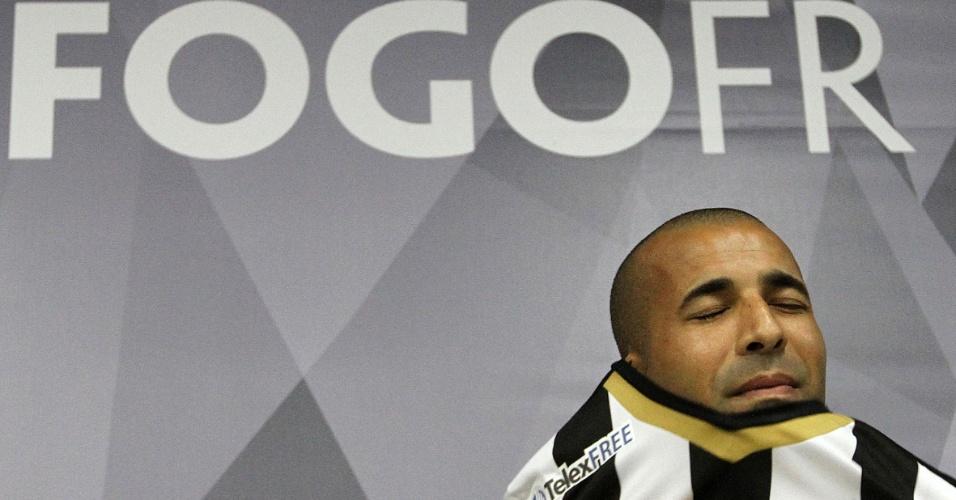 17 abr. 2014 - Emerson Sheik coloca a camisa do Botafogo durante apresentação no Engenhão