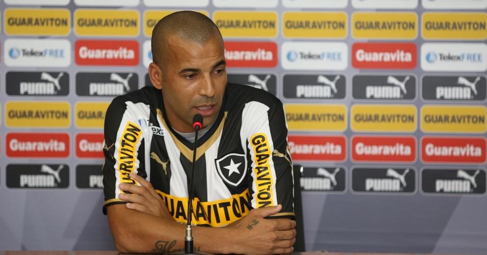 17.abr.2014 - Com a cmaisa 7, Emerson Sheik é apresentado pelo Botafogo no Engenhão