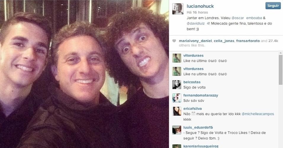Luciano Huck posta foto com Oscar e David Luiz