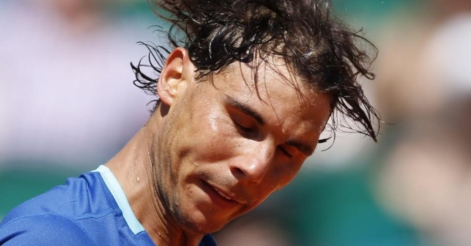 Rafael Nadal mostra suor no rosto durante a sua vitória sobre o italiano Andreas Seppi no Masters 1000 de Monte Carlo