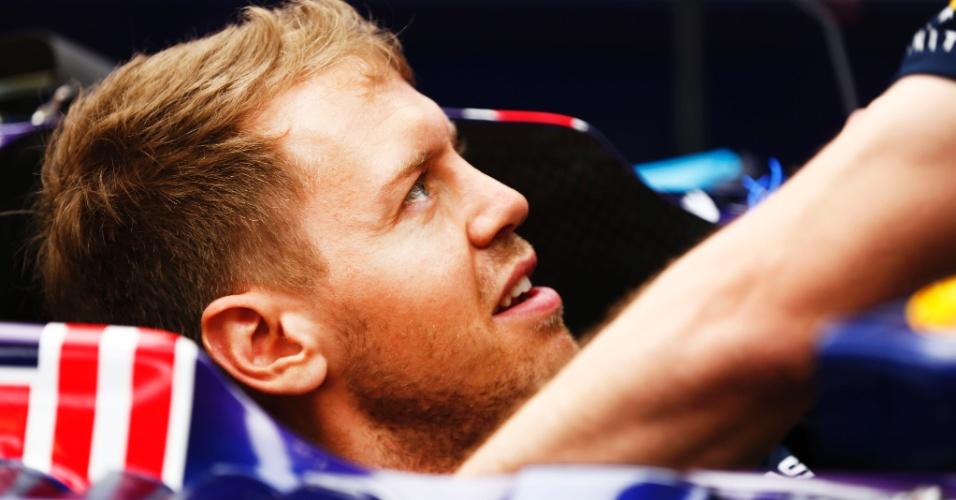 17.abr.2014 - Sebastian Vettel conversa com engenheiro da Red Bull antes de treino livre na China