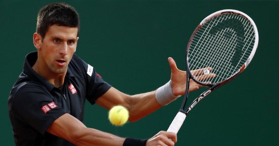 18.abr.2014 - Djokovic rebate uma bola durante partida contra Guillermo Garcia-Lopez