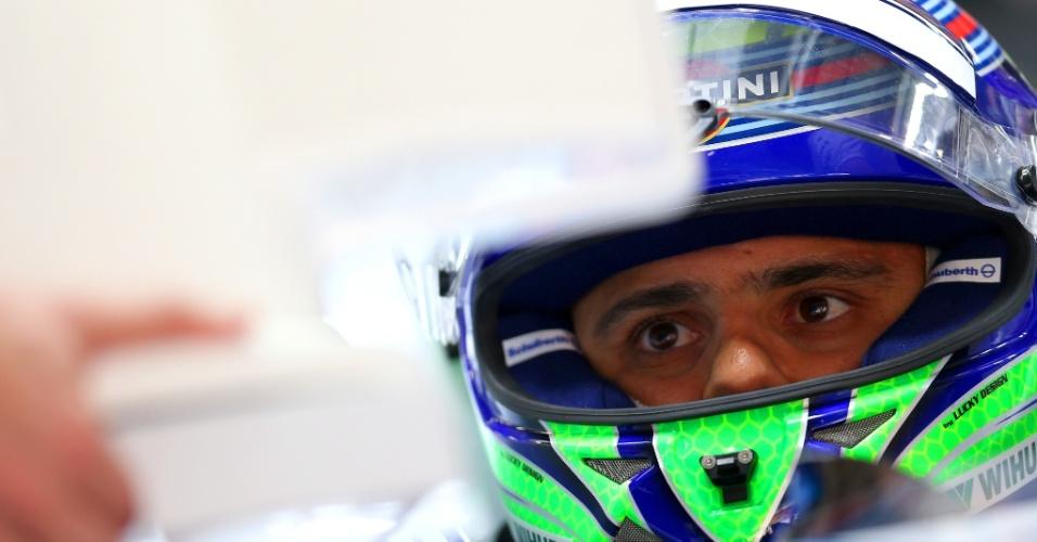 18.abr.2014 - Felipe Massa se prepara para a segunda sessão de treinos livres para o GP da China