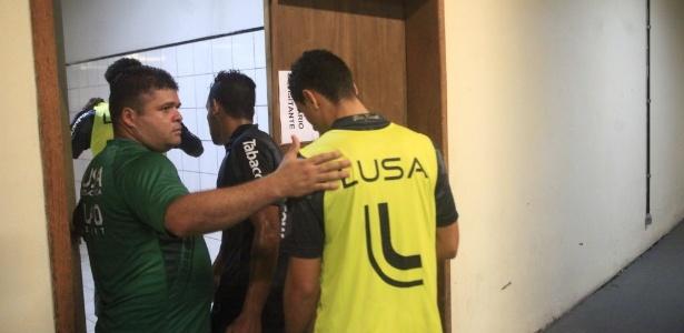 18.abr.2014 - Jogadores da Portuguesa voltam ao vestiário em Joinville após saírem de campo em razão de ordem judicial