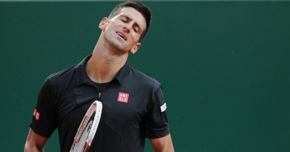 18.abr.2014 - Novak Djokovic lamenta ponto perdido na partida contra o espanhol Guillermo Garcia-Lopez