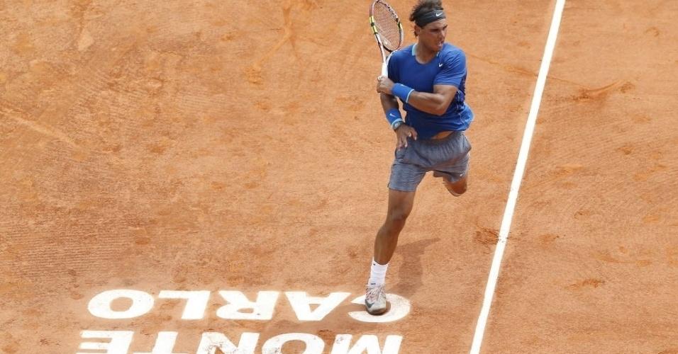 18.abr.2014 - Rafael Nadal golpeia a bola durante partida contra David Ferrer
