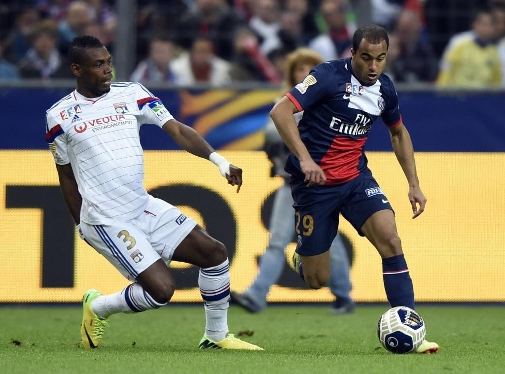 19. abr. 2014 - Titular do PSG, brasileiro Lucas disputa bola durante final da Copa da Liga Francesa contra o Lyon