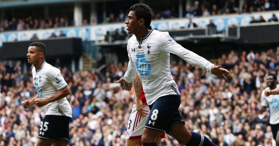 19.abr.2014 - Paulinho comemora após marcar o primeiro gol do Tottenham na vitória por 3 a 1 sobre o Fulham, pelo Campeonato Inglês