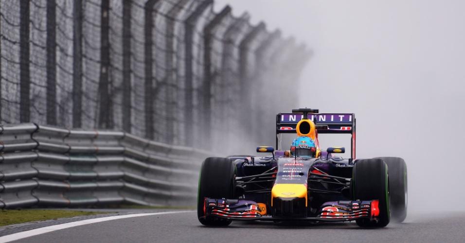 19.abr.2014 - Sebastian Vettel conduz sua Red Bull pela pista molhada do circuito de Xangai durante o treino de classificação para o GP da China