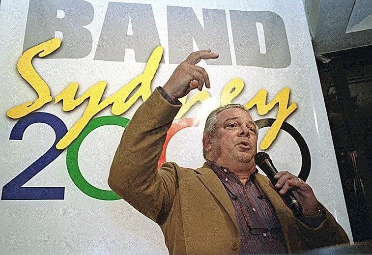 Luciano do Valle apresenta evento da TV Bandeirantes para as Olímpiadas de Sydney 2000, em São Paulo