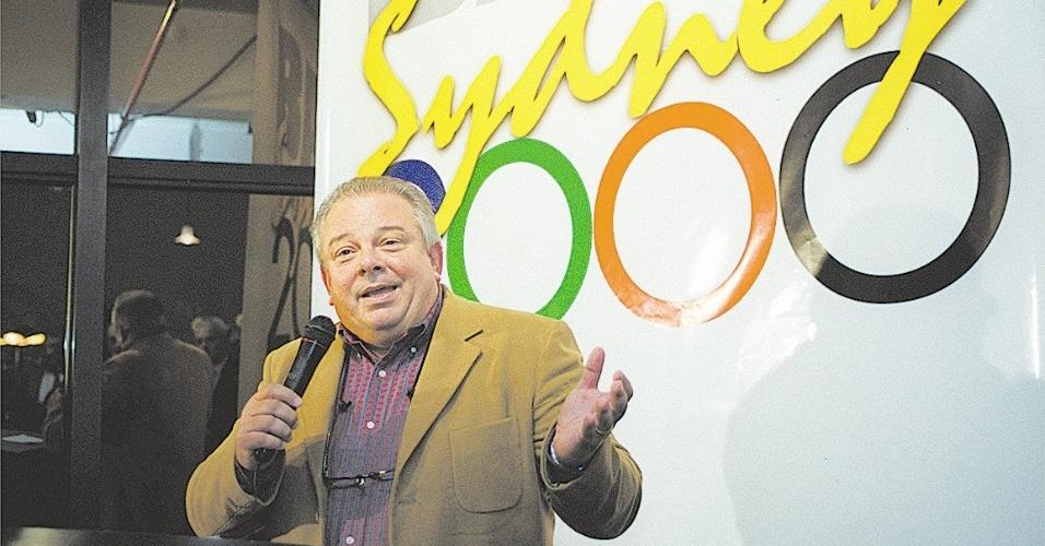 O locutor esportivo Luciano do Valle apresenta evento da TV Bandeirantes para as Olímpíadas de Sydney 2000, em São Paulo
