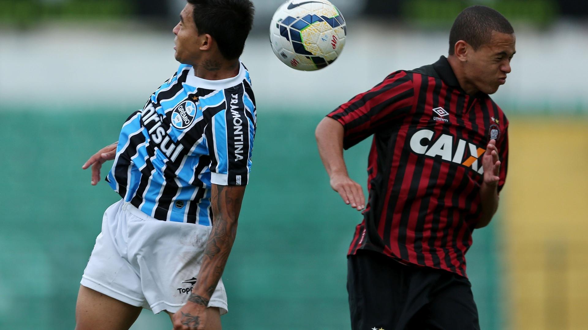 20/04/2014 - Dudu (e), do Grêmio, disputa a bola pelo alto com Marcos Guilherme, do Atlético-PR