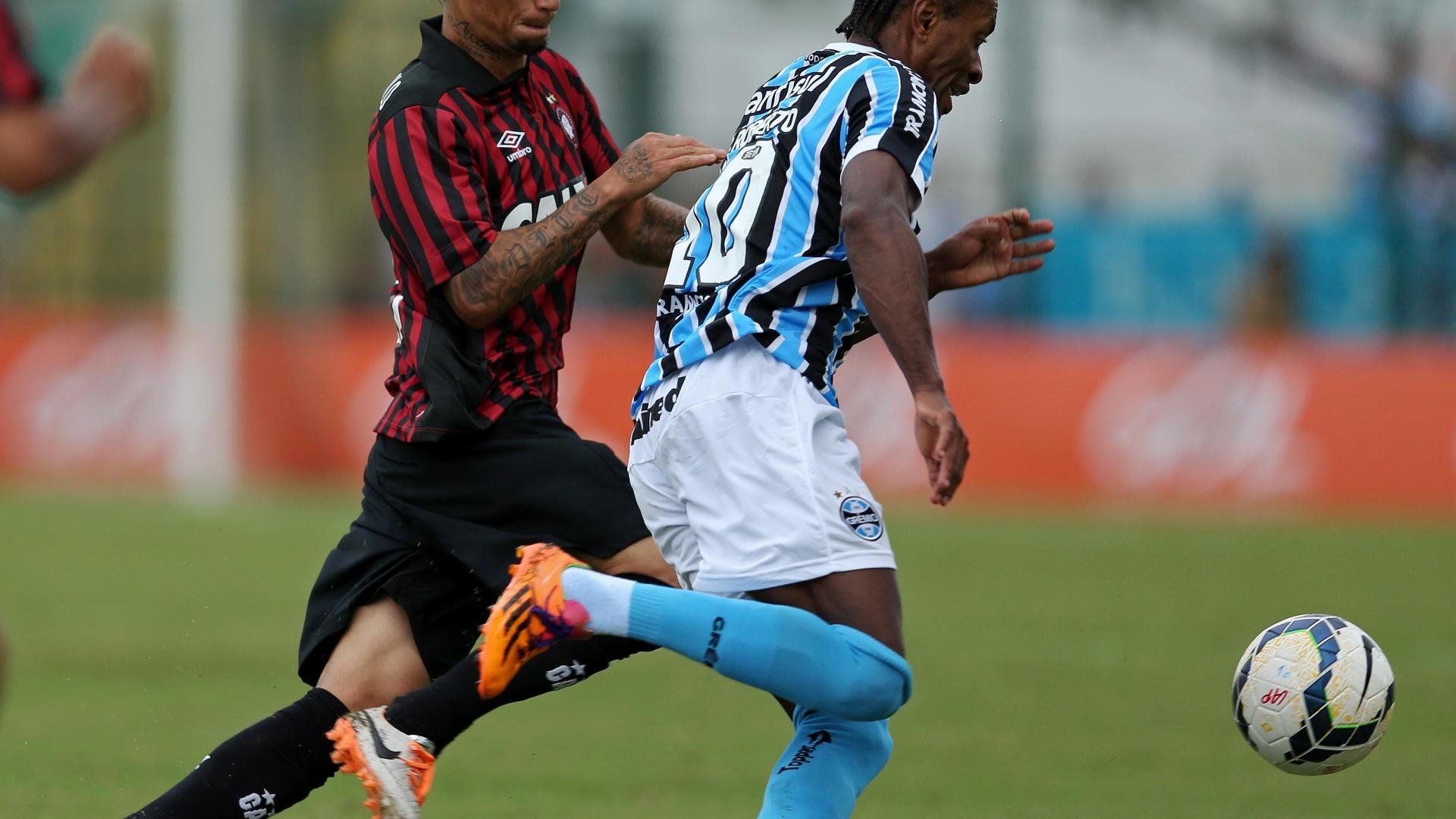 20/04/2014 - Zé Roberto avança com a bola para o Grêmio contra a marcação de João Paulo, do Atlético-PR