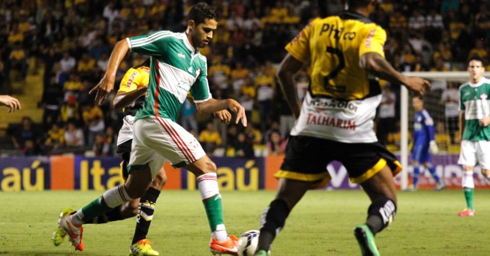 20.abr.2014 - Alan Kardec, autor do gol da virada do Palmeiras sobre o Criciúma, conduz a bola no duelo em SC