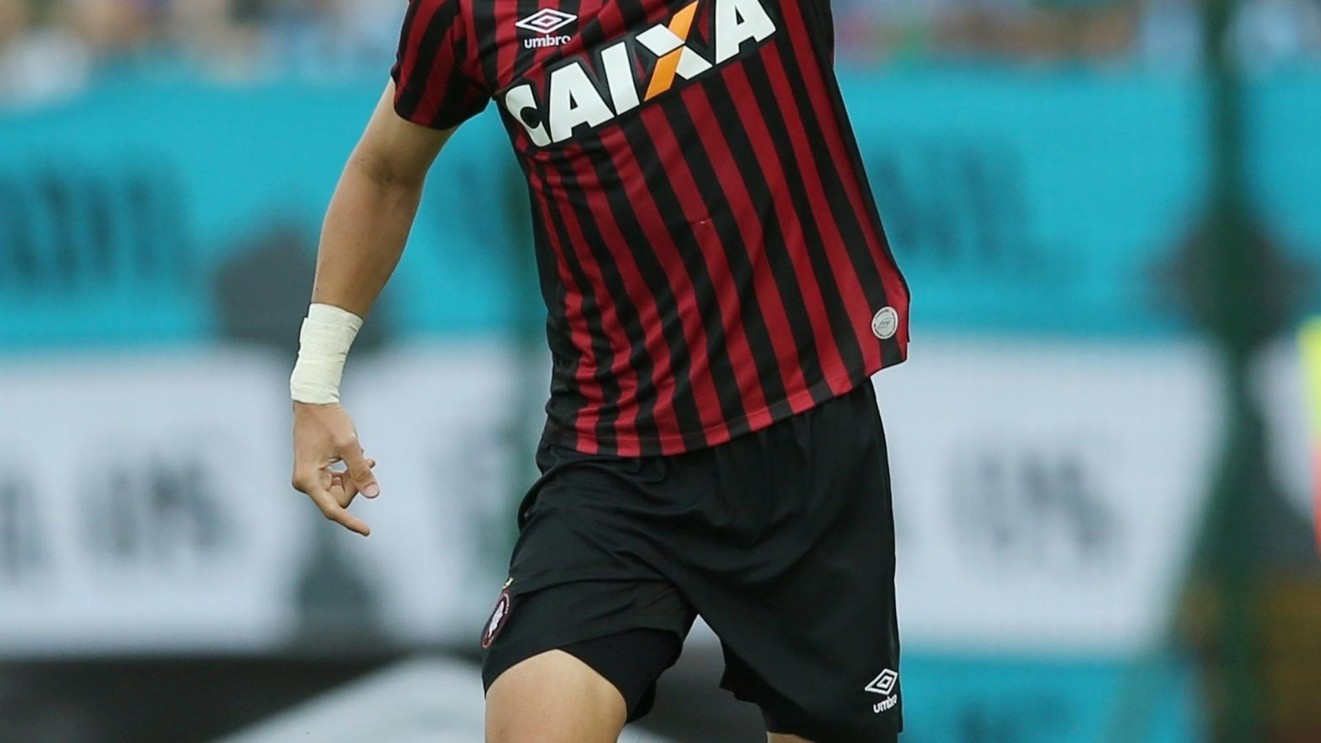 20.abr.2014 - Drausio, do Atlético-PR, comemora o 1° gol sobre o Grêmio
