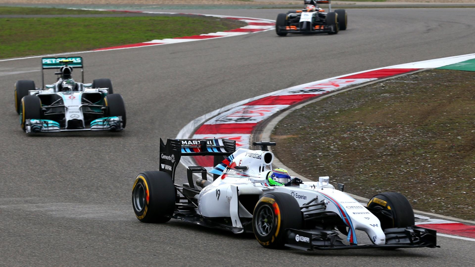 20.abr.2014 - Felipe Massa largou bem e assumiu a quinta posição no GP da China, mas escapou de algo pior após ter sua Williams tocada pela Ferrari de Fernando Alonso