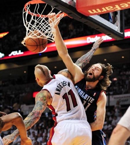 20.abr.2014 - Josh McRoberts, do Charlotte Bobcats, enterra