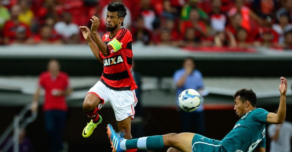 20.abr.2014 -  Léo Moura, do Flamengo, é desarmado por Pedro Henrique, do Goiás