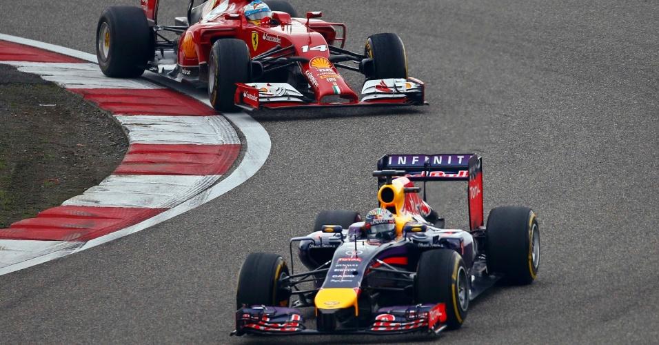 20.abr.2014 - Sebastian Vettel, da Red Bull, não resistiu por muito tempo à pressão de Fernando Alonso durante o GP da China