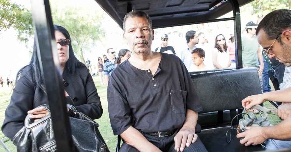 Debilitado fisicamente, boxeador Maguila vai ao enterro de Luciano do Valle