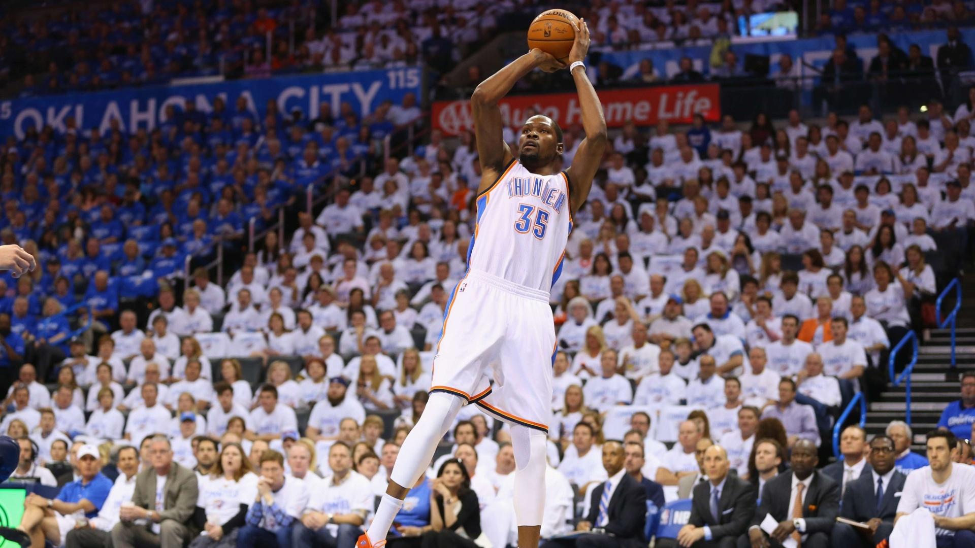 21.abr.2014 - Kevin Durant sobe para arremesso durante jogo contrao o Memphis Grizzlies nos playoffs da NBA