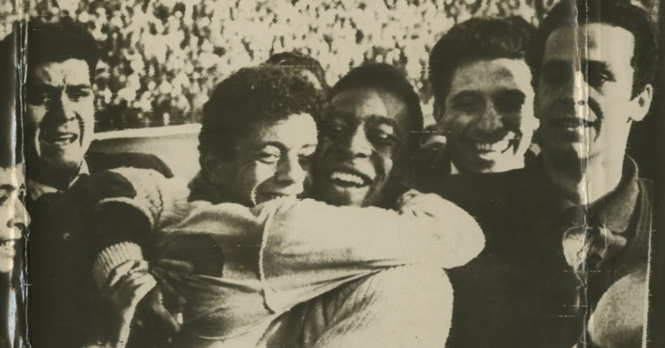O jogador Pelé (à dir.) abraça Amarildo durante vitória do Bi Mundial da seleção brasileira contra a Tchecoslováquia na final da Copa no estádio Nacional, em Santiago, no Chile
