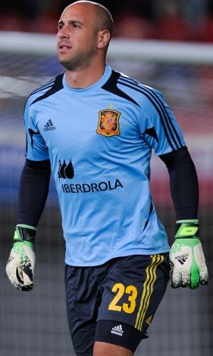 11.out.2013 - Pepe Reina, goleiro da Espanha, faz aquecimento para a partida contra Belarus pelas eliminatorias da Copa do Mundo-2014