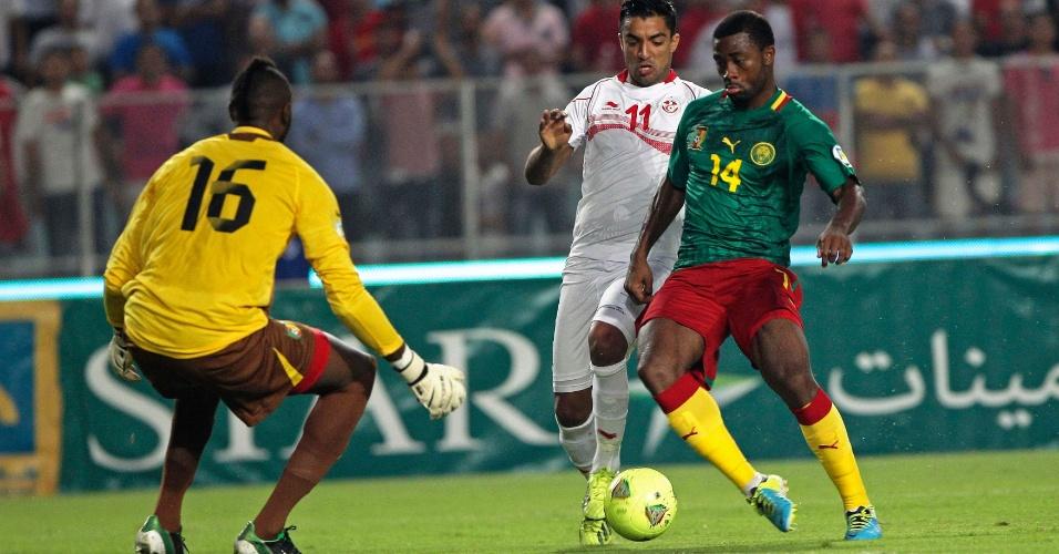 13.out.2013 - Aurélien Chedjou (d), de Camarões, briga pela disputa de bola durante a partida contra a Tunísia pelas eliminatórias da Copa do Mundo-2014