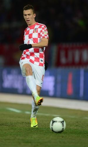 15.nov.2013 - Ivan Perisic, da Croácia, toca a bola druante a partida contra a Islândia pelas eliminatórias da Copa do Mundo-2014