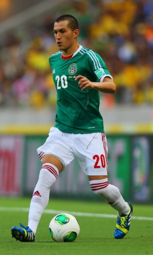 19.jun.2013 - Jorge Torres Nilo, do México, conduz a bola durante a partida contra o Brasil pela Copa das Confederações