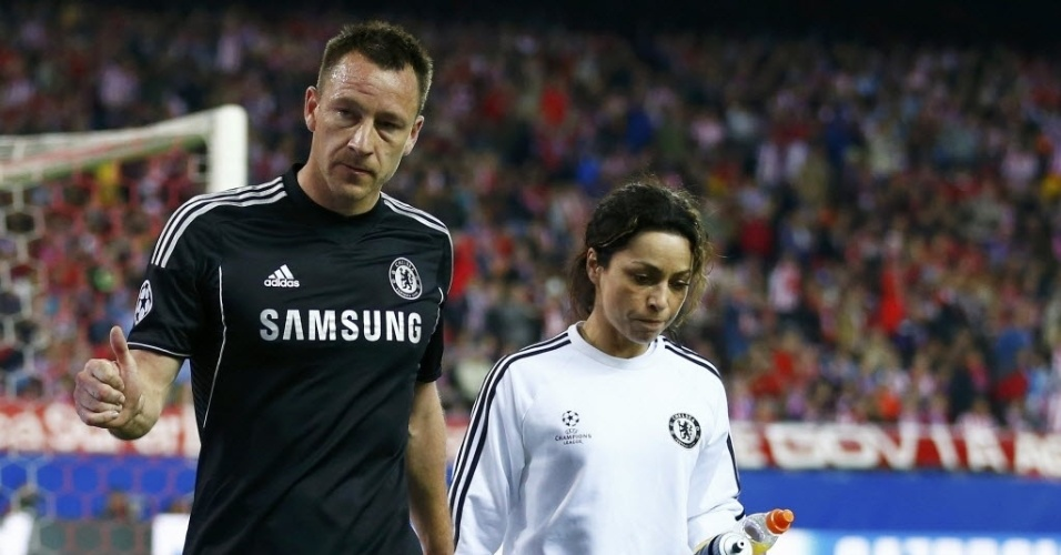 22.abr.2014 - Capitão do Chelsea, John Terry deixa o gramado apos torcer o pé em lance com David Luiz