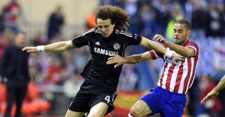 22.abr.2014 - David Luiz dá o bote e tira a bola da posse de Mario Suarez no duelo entre Atletico de Madri e Chelsea pela Liga dos Campeões